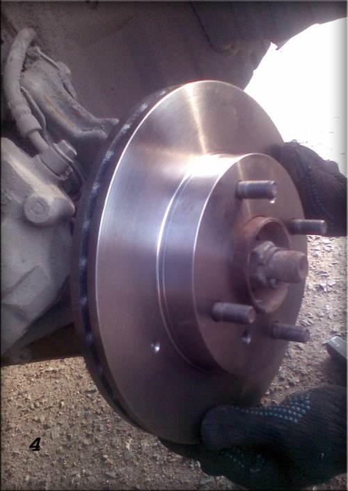 2вторым этапом замены передних тормозных дисков будет снятие суппорта, для этого нам понадобится ключ на 14